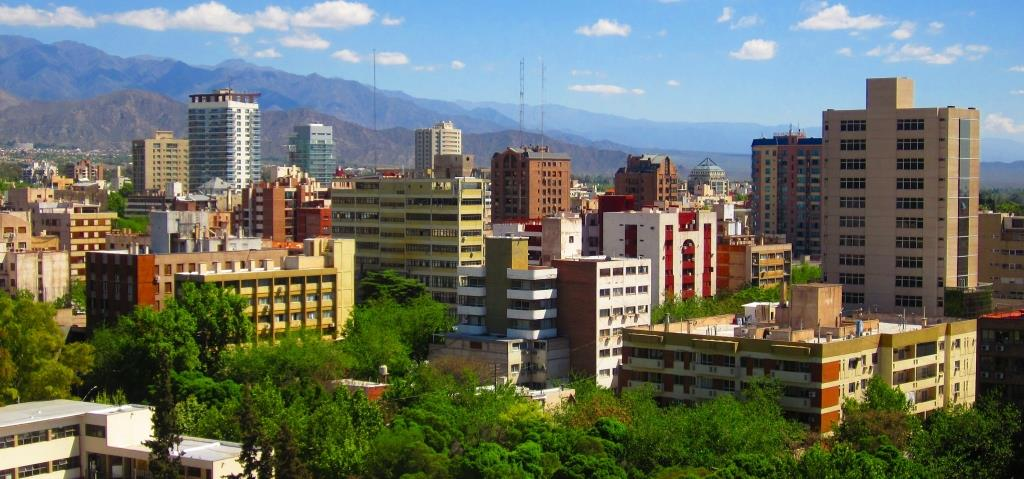 A_typical_view_of_Mendoza_City_full_of_trees_and_big_mountains.