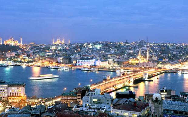 The-Istanbul-skyline-at-dus