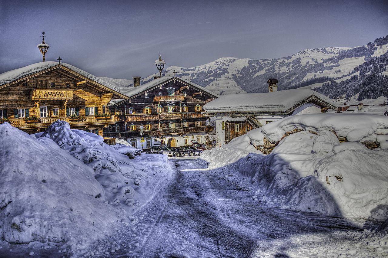 1280px-Ski_landscape_in_Kitzbuhel_Austria_(8138357829)