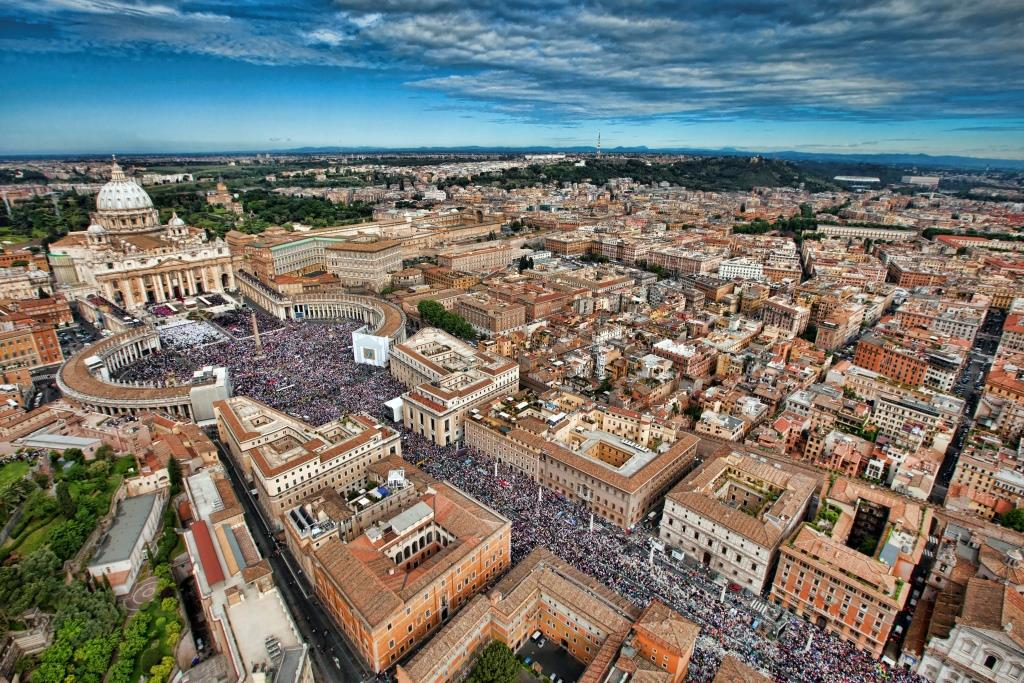 Aerial view of St. Peter's square in Vatican on May 1, 2011. Pope John Paul II moves a step closer to sainthood on Sunday when his successor beatifies him before an expected crowd of several thousand people. REUTERS/Massimo Sestini/Polizia di Stato (VATICAN - Tags: CITYSCAPE RELIGION) THIS IMAGE HAS BEEN SUPPLIED BY A THIRD PARTY. IT IS DISTRIBUTED, EXACTLY AS RECEIVED BY REUTERS, AS A SERVICE TO CLIENTS. FOR EDITORIAL USE ONLY. NOT FOR SALE FOR MARKETING OR ADVERTISING CAMPAIGNS