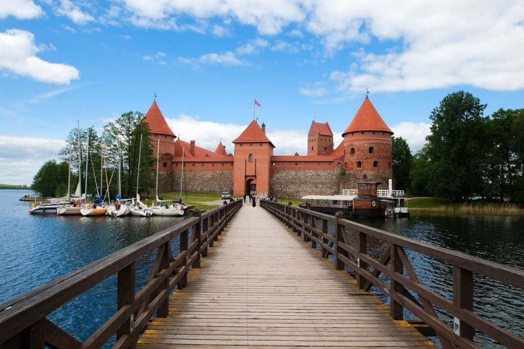bridge-in-trakai-castle-across-the-lake-galve-in-lithuania