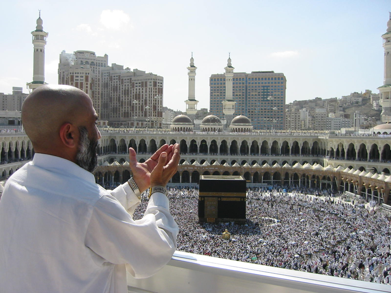 Supplicating_Pilgrim_at_Masjid_Al_Haram._Mecca,_Saudi_Arabia