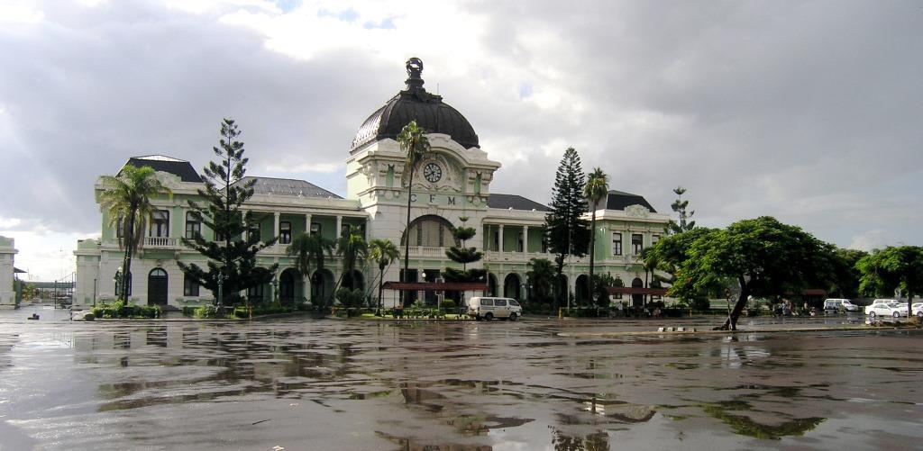 Caminhos_de_Ferro_de_Mocambique,_Railway_Station_in_Maputo,_Mozambique
