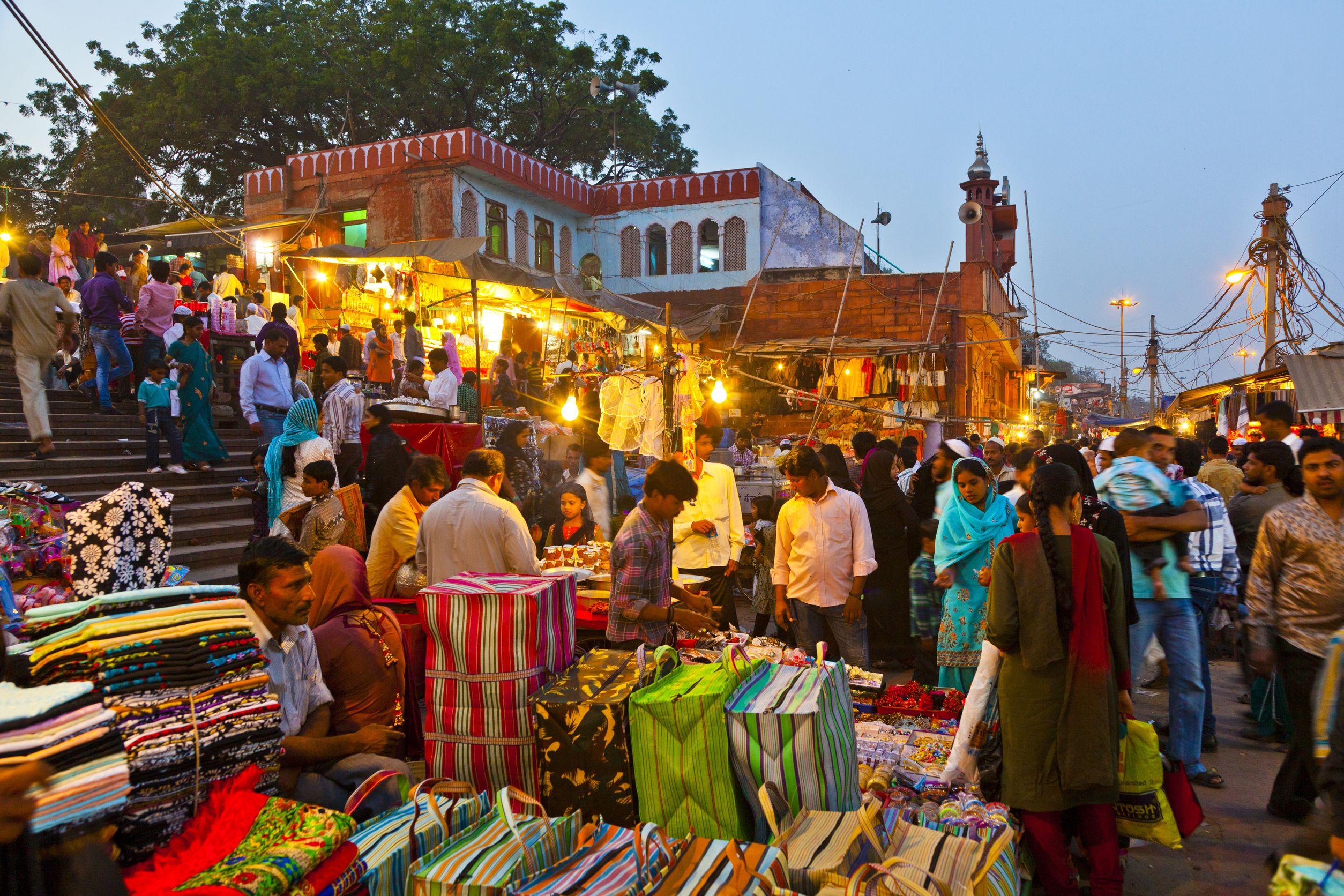 Meena-Bazaar-in-front-of-Jama-Mashid-mosque-in-Delhi-India
