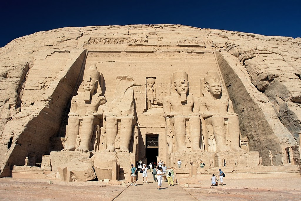 Abu_Simbel-_Ramesses_Temple-_front-_Egypt-_Oct_2004