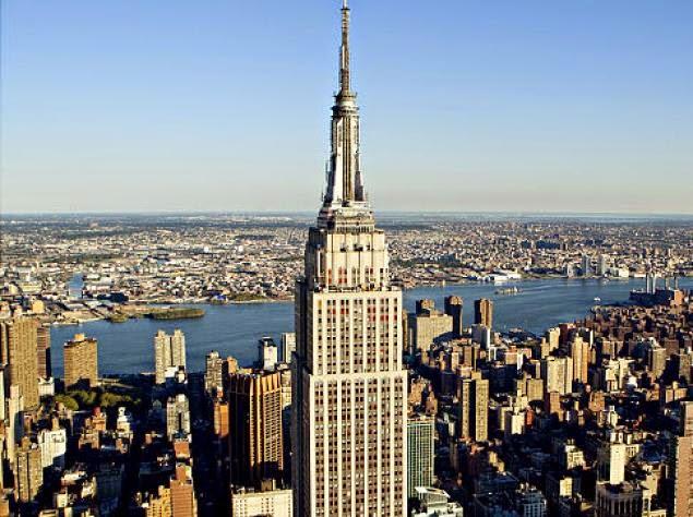 Architektur und Bautechnik. Das Empire State Building ist ebenso wie das Chrysler Building dem Baustil des Art déco zuzuordnen. Seine Form wurde durch die aus dem Jahr stammende Bauordnung beeinflusst, die bei allen Hochhäusern in New York vorschrieb, dass sich der Grundriss eines Gebäudes verjüngen musste, je höher es educational-gave.ml gerade Fassade durfte mehr als 37,5 Meter .