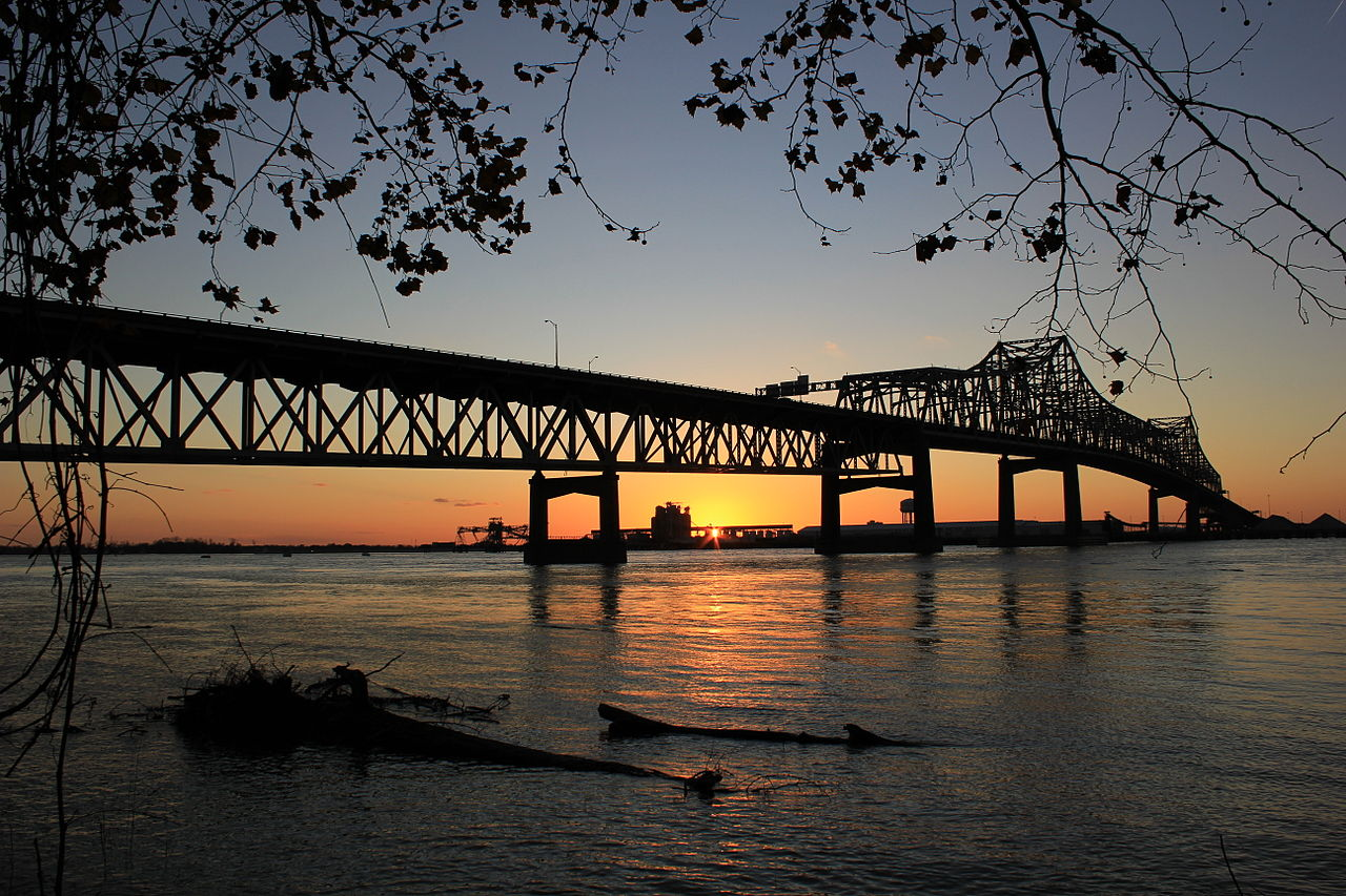 1280px-Mississippi_River_Bridge_at_Baton_Rouge,_Louisiana_at_Sundown_Tranquility_Water_Peace_High_Resolution