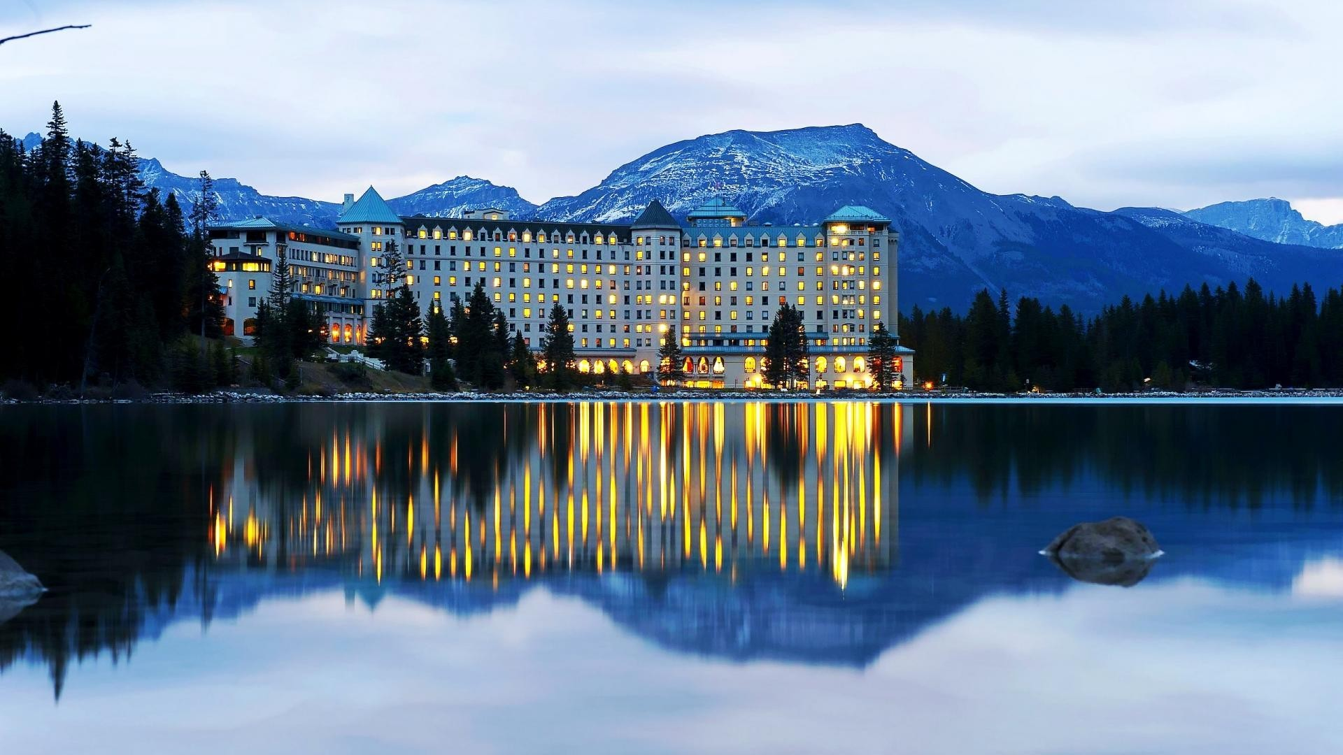 fairmont-chateau-on-lake-louise-near-banff